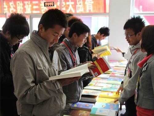 儿子马上要上大学了,想问问去上海的话2000块一个月够用吗?