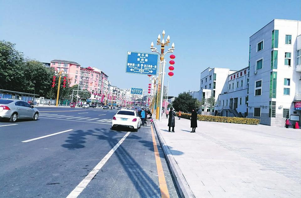 红光路设计合理�吗?人行道与非机动车共≡用存在安全隐患!